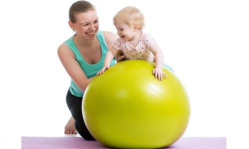 Гимнастика на фитболе для новорожденных