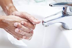 Мытье рук перед обработкой пупка