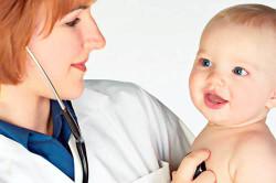 Осмотр младенца врачом