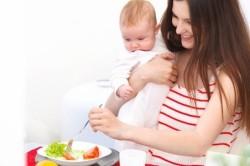 Можно ли есть сметану кормящей маме при лактации, на что нужно обратить внимание (видео)