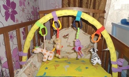 Необходимость игрушек для новорожденных на кроватке