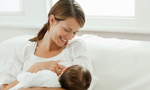 Процесс кормления новорожденного