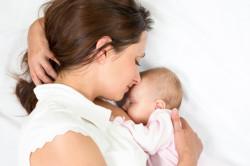 Прикладывание новорожденного к груди для устранения колик