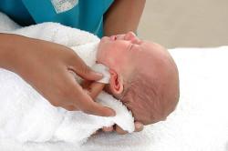Ежедневное протирание новорожденного