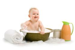 Купание малыша в тазике