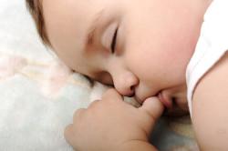 Сосание пальчика - проявление сосательного рефлекса