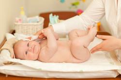 Применение влажных салфеток для малыша
