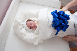 Простой набор на выписку: одеялко, чепчик и лента